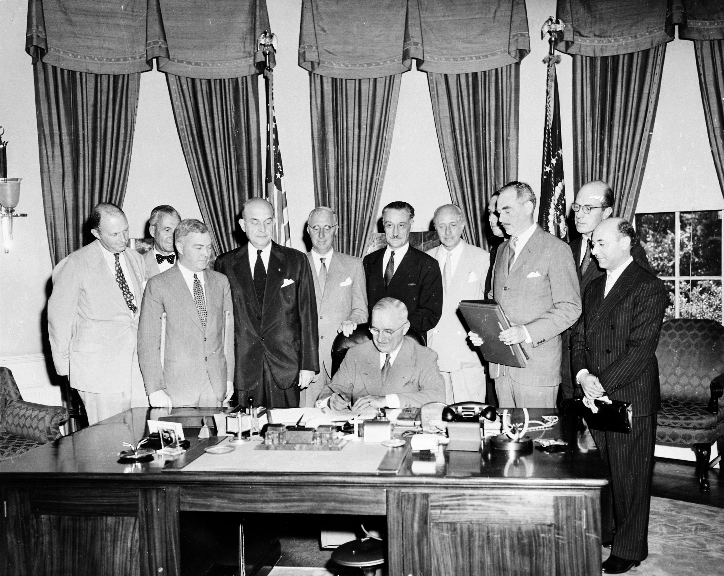 Truman_signing_North_Atlantic_Treaty